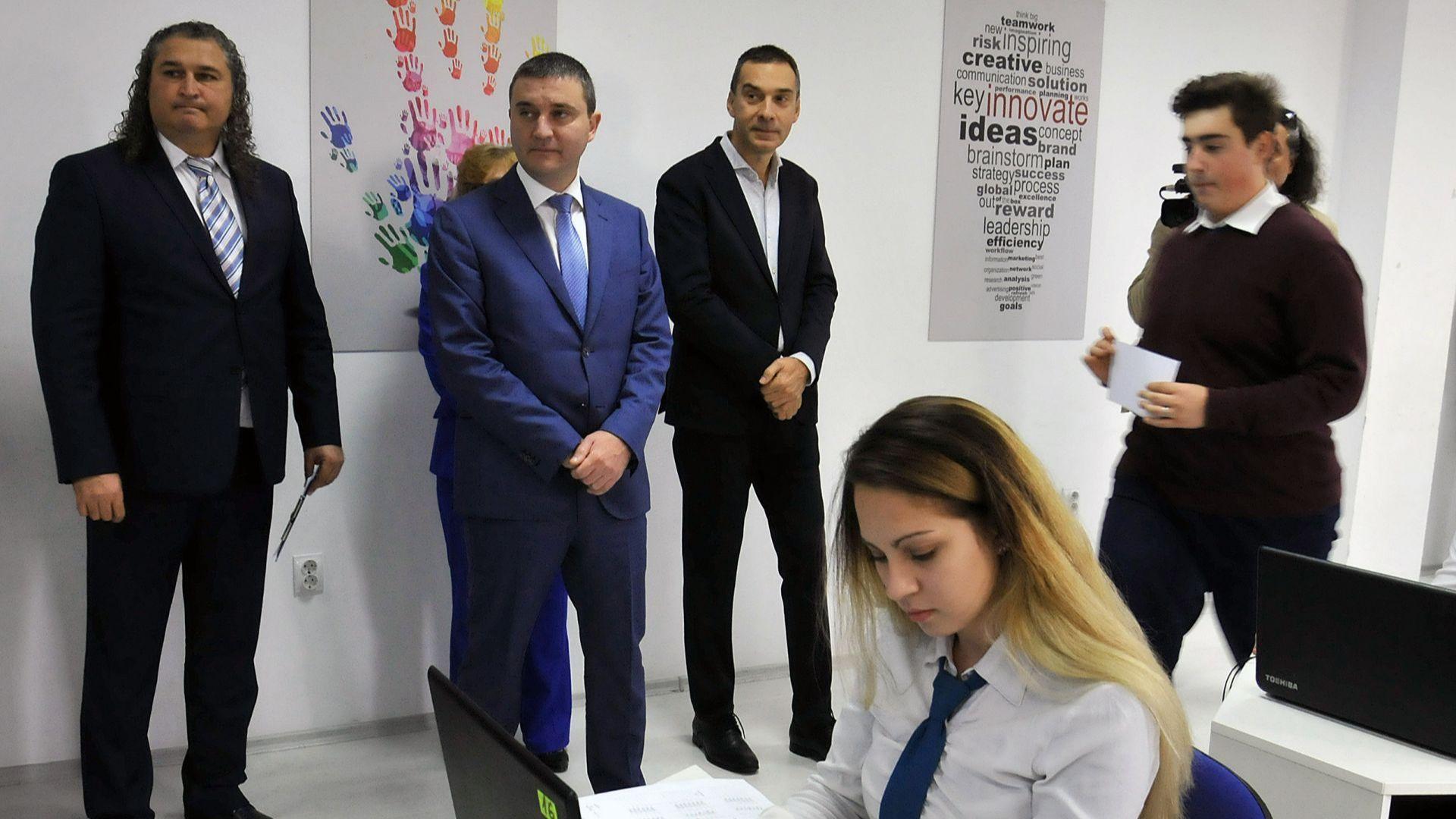 Министър Горанов бе гост на откриването на нов физкултурен салон в Бургас