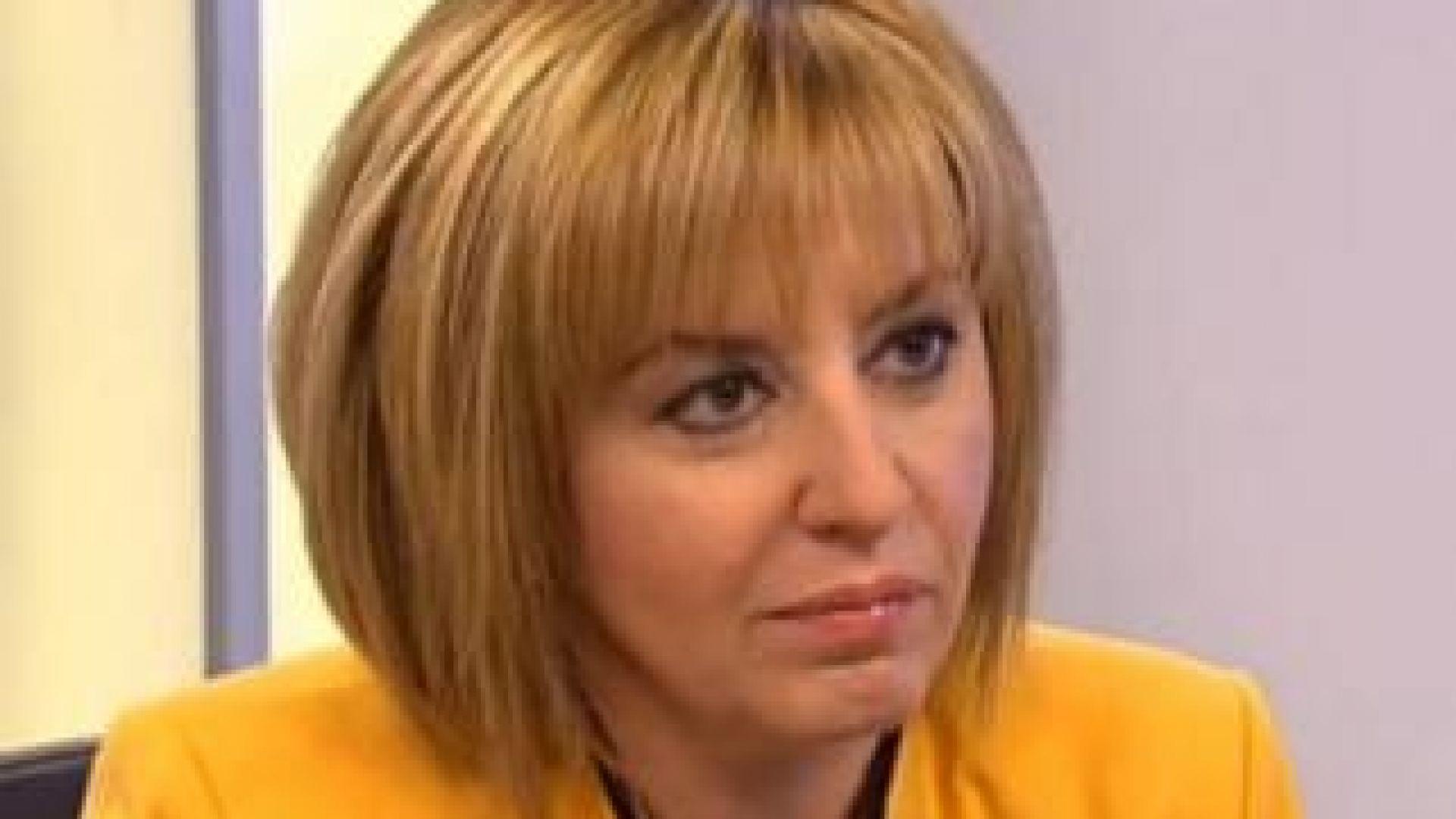 Мая Манолова отваря приемни във влакове и автобуси