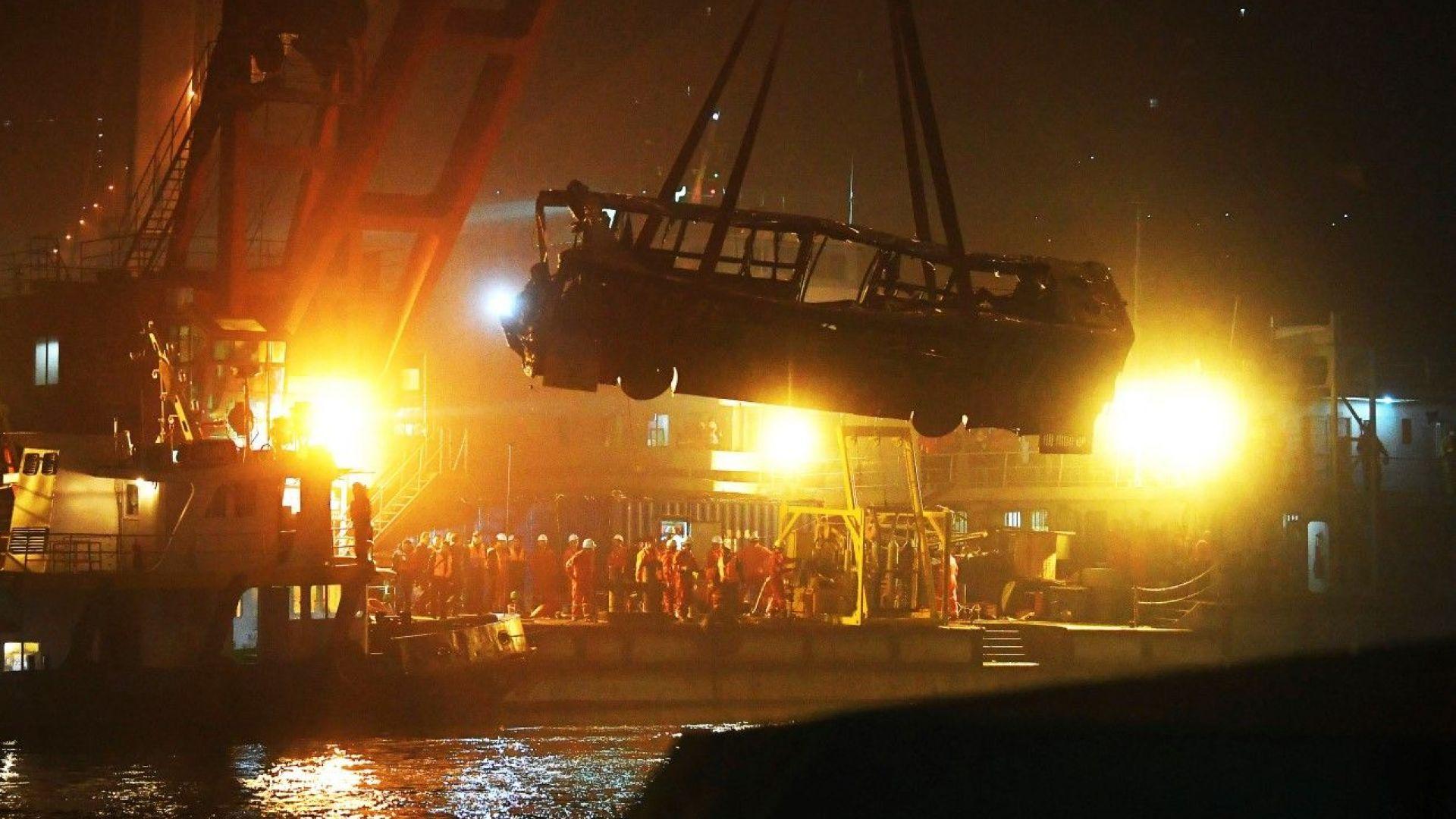 Автобус падна в река Янзцъ след бой между пътничка и шофьор: 13 са загинали