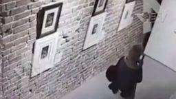 Жена повреди рисунка на Дали, докато си правеше селфи (видео)