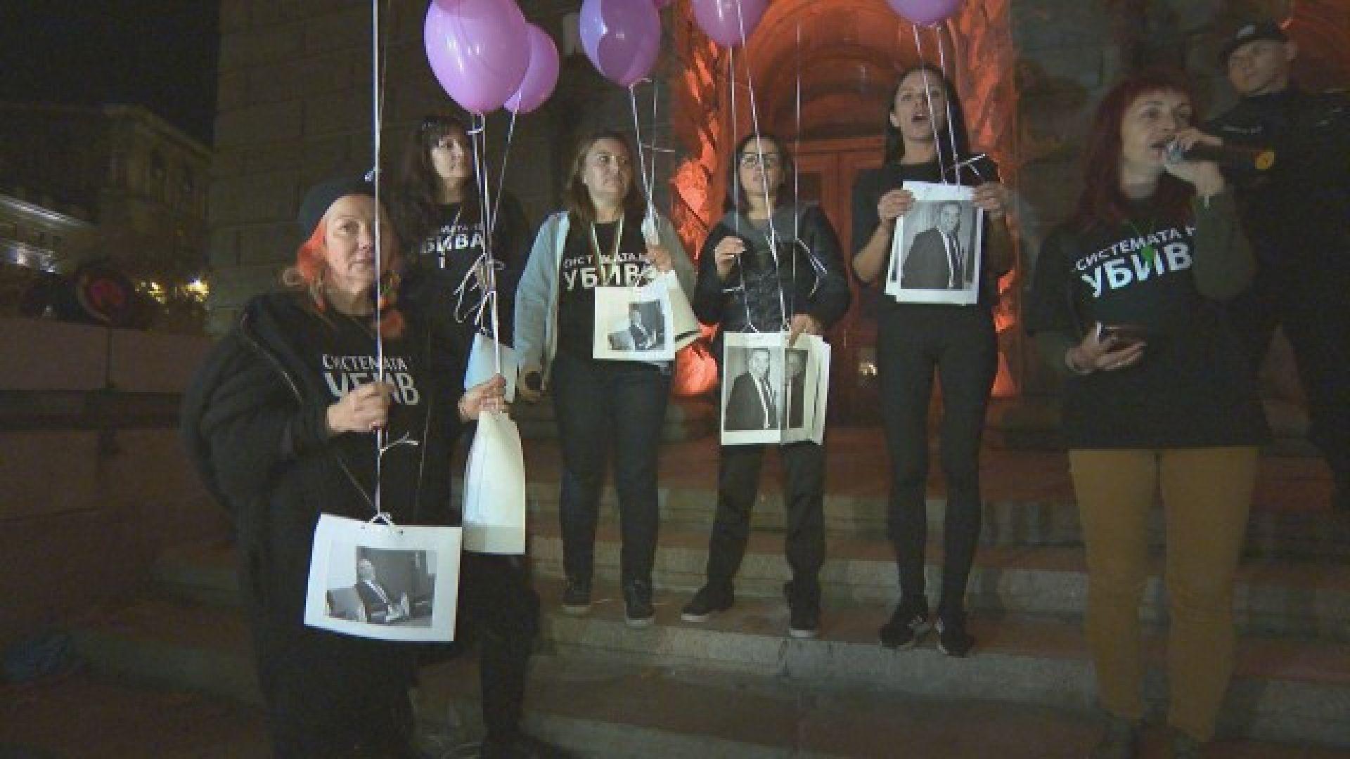 12-и ден протести: Полетяха 12 розови балона с лика на Симеонов