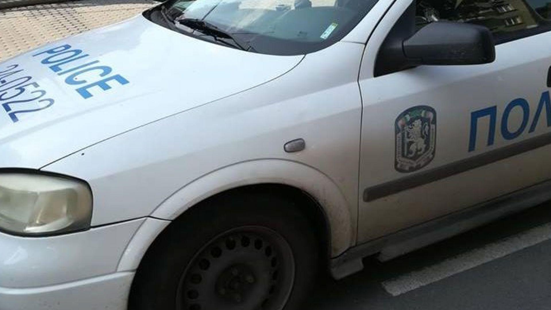 Този мъж изпочупи прозорец на Софийската синагога (снимки)