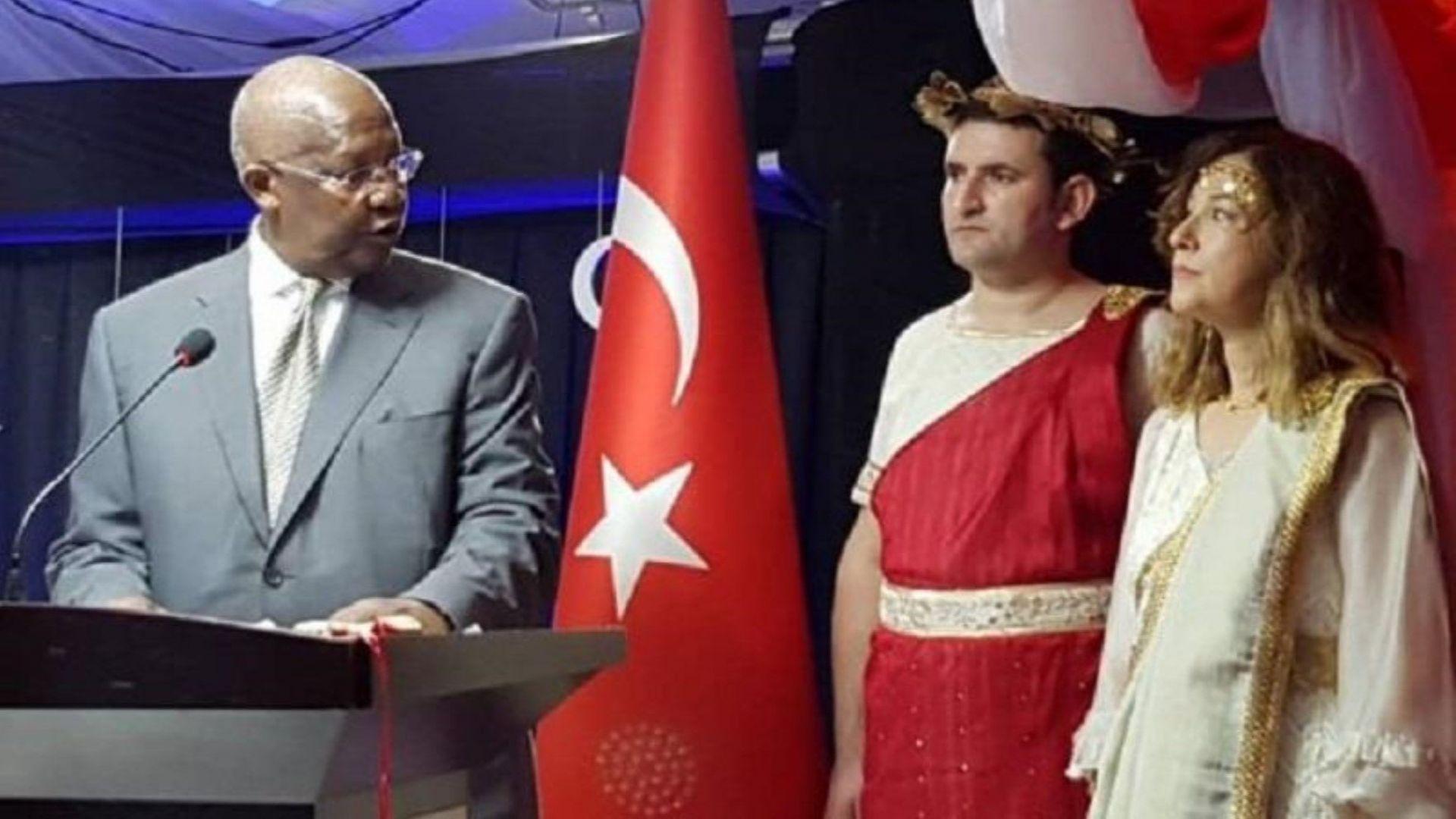 Турция отзова посланика си в Уганда, облякла се като Хубавата Елена