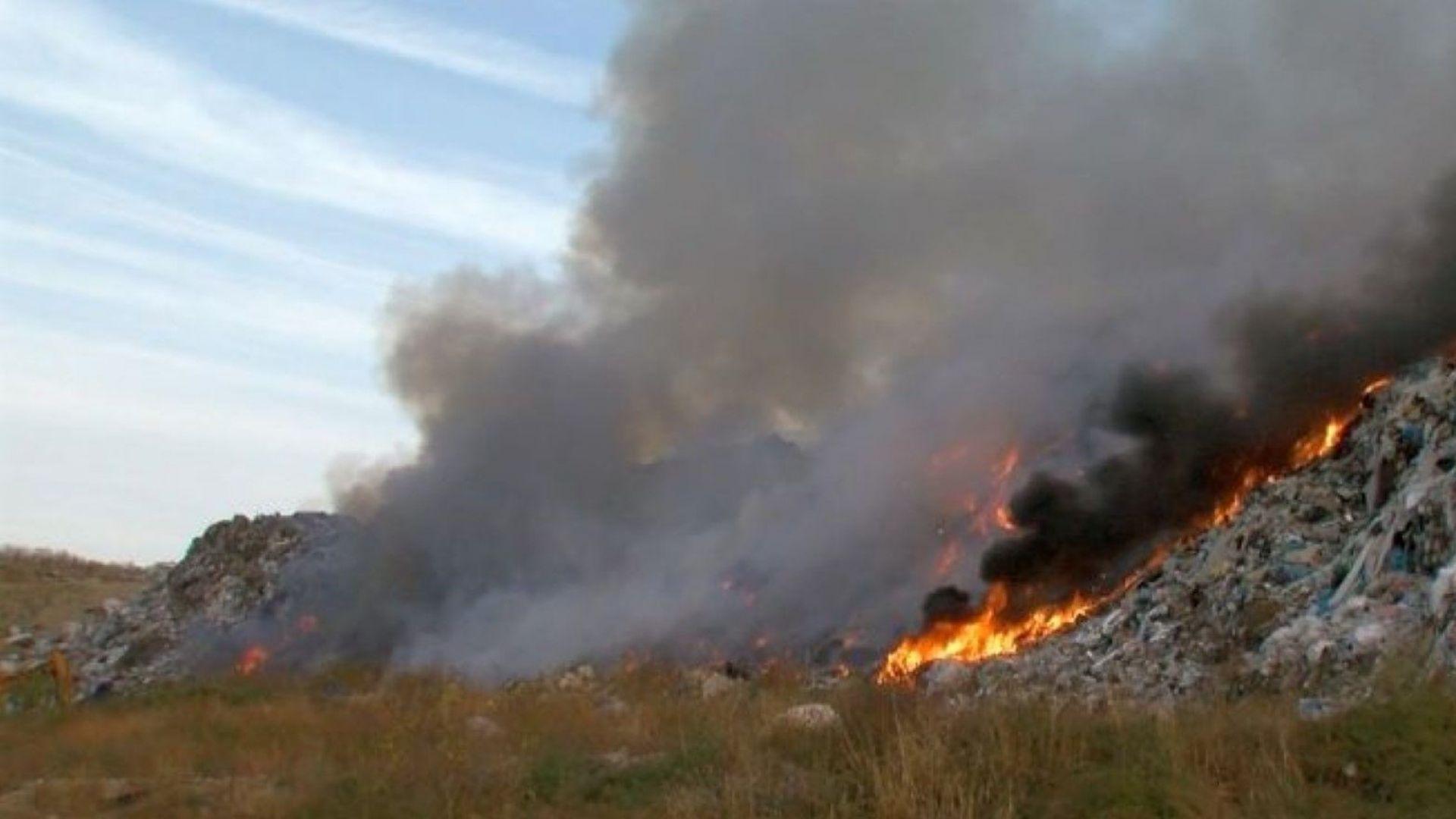 Овладян е пожарът на депото за отпадъци край Русе, операторът ще бъде санкциониран