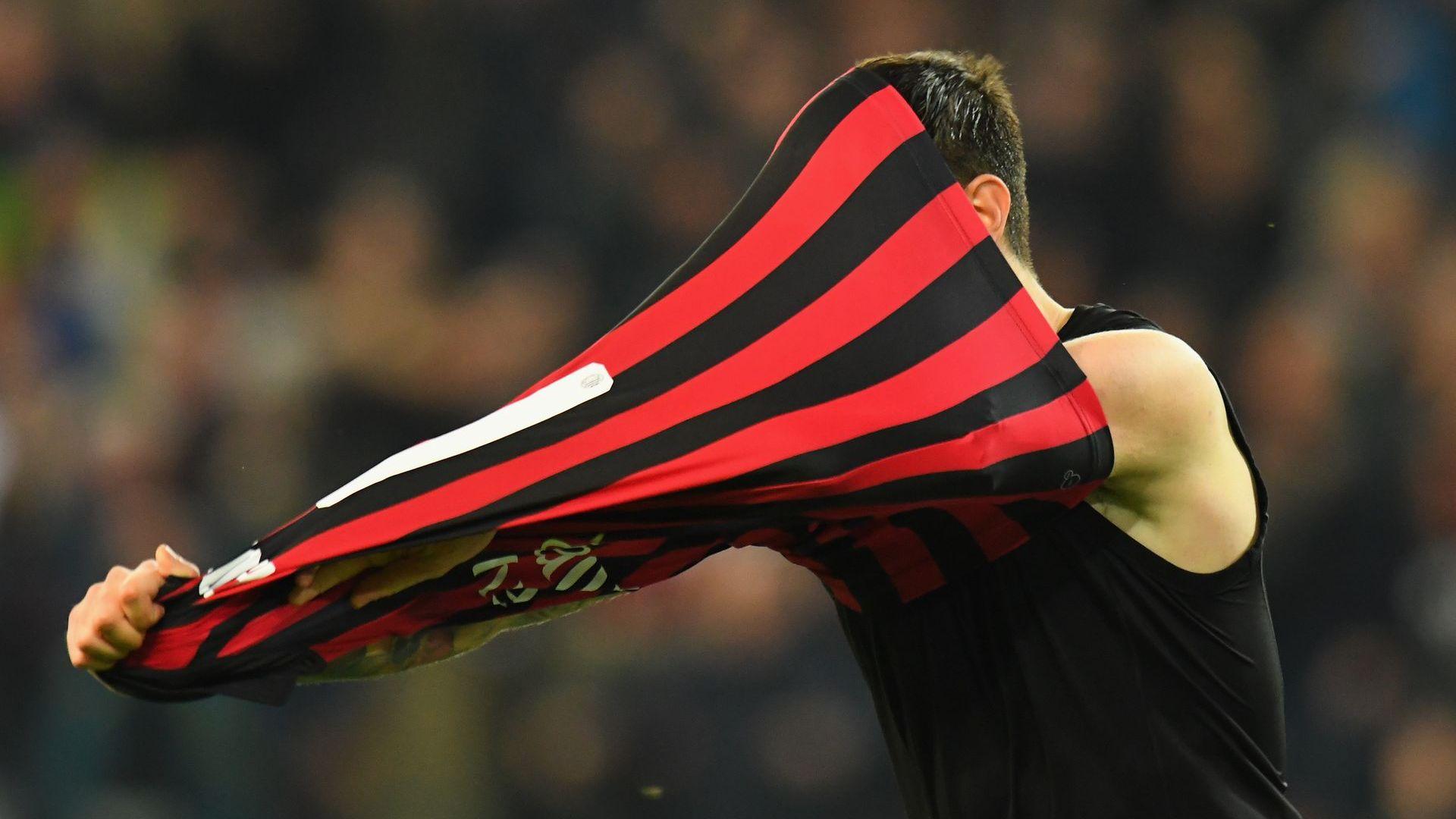 Странен гол с последния удар изстреля Милан към върха
