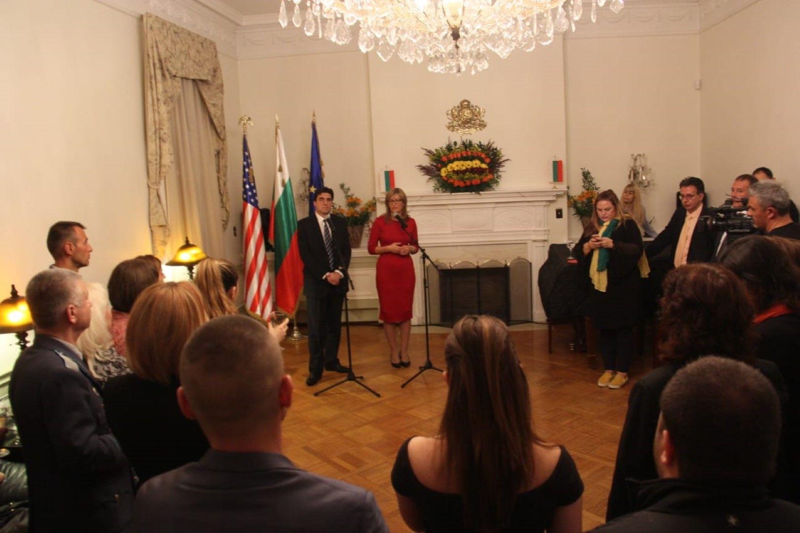 Изравнява се броят на напускащите и връщащите се в родината, каза Захариева пред българи в американската столица