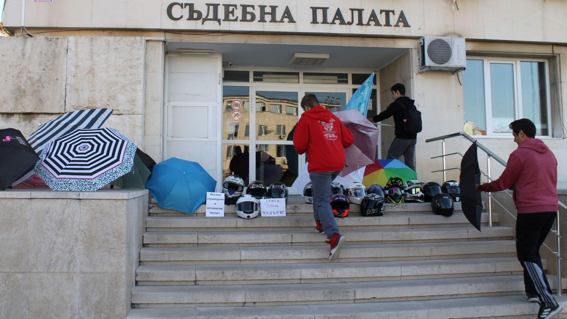 Ескалация на напрежението пред съда в Търговище след катастрофа (снимки)