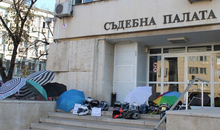 Протестиращите подредиха каски и чадъри пред входа на палатата