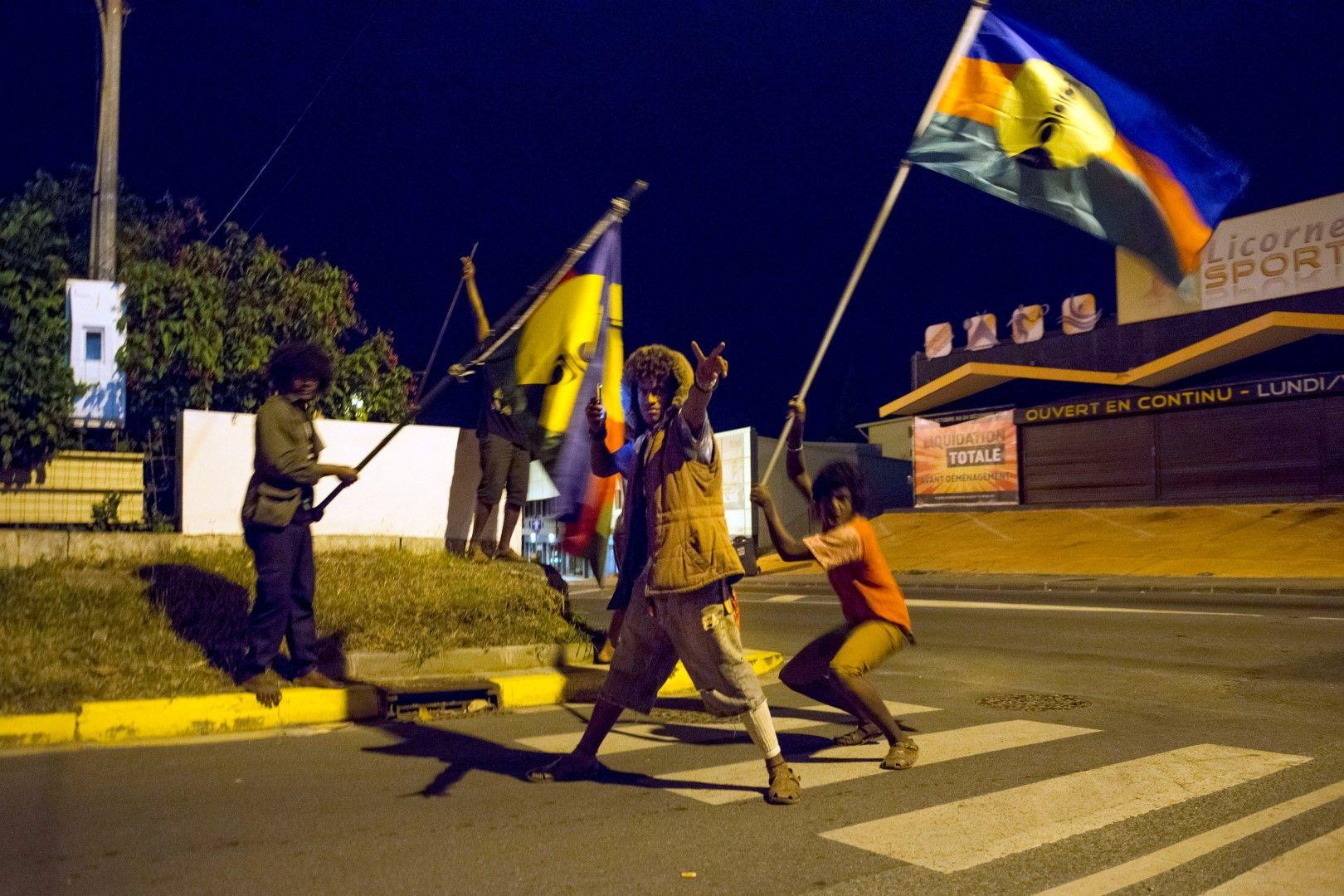 Местни жители какаки развяват своето знаме