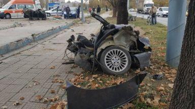 БМВ се разцепи на две след сблъсък на оживен булевард (видео)