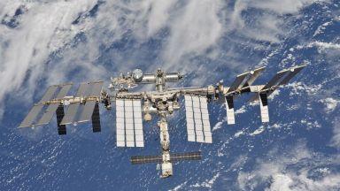 Астронавти извършват ремонт на МКС (видео)