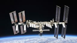 """Руски космонавти взеха проби от мистериозна дупка на кораба """"Союз МС-09"""""""