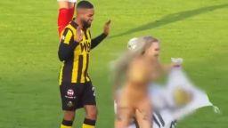 Гола блондинка прекъсна мач в Холандия (видео)