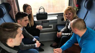 Манолова прие 117 граждани във влака София - Варна