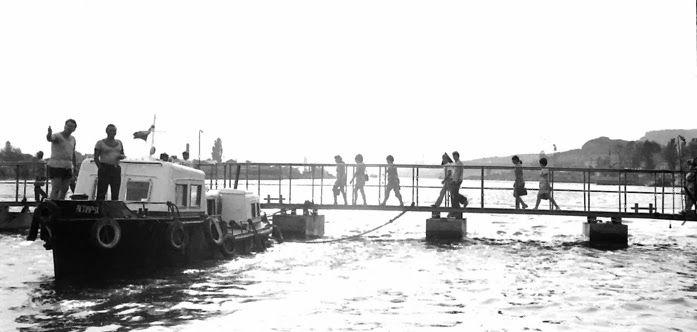 Понтонният мост се отваря от катер с двама морски старшини