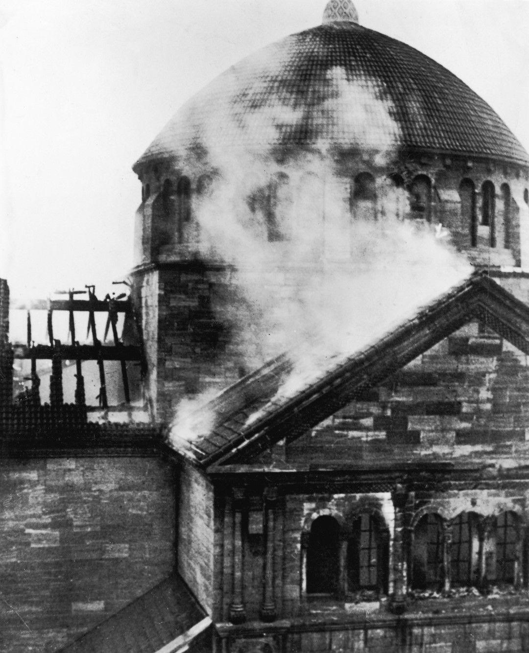 Синагогата на Фазаненщрасе в Берлин на сутринта, след като е била запалена