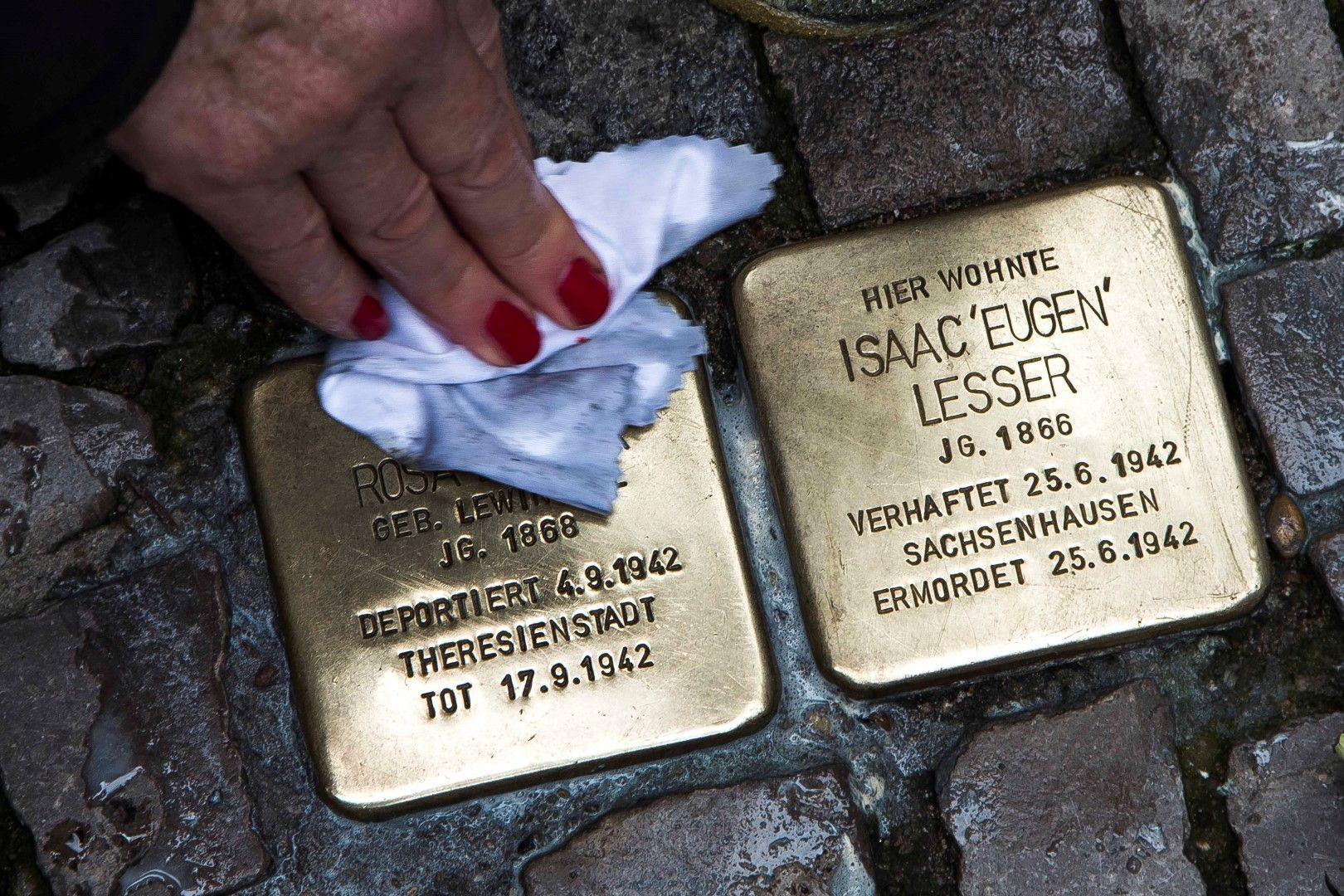 Паметни знаци за Якоб и Бели Бергофен пред дома им в Берлин. Подобни знаци се поставят на улицата, за да напомнят на днешните поколения за събитията в Кристалната нощ