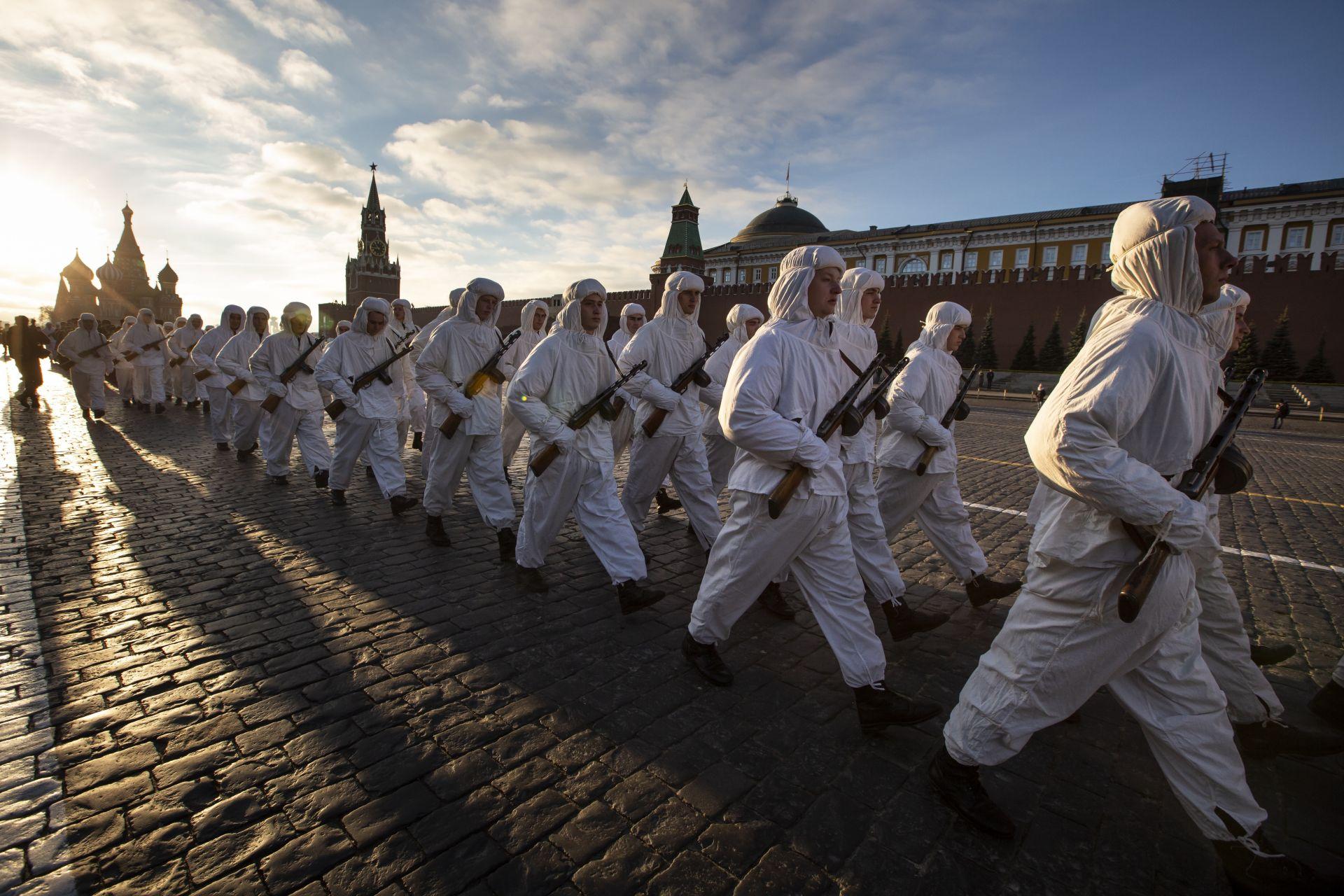 Руски войници, облечени в униформи на Втората световна война на Червената армия, по време на парада на 7 ноември в Червения площад в Москва