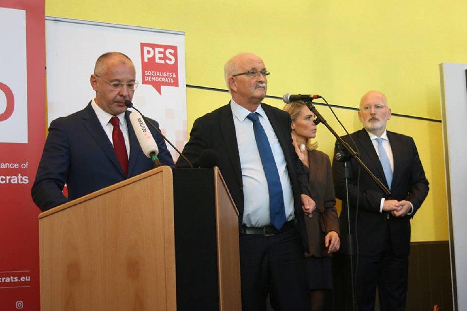 Председателят на ПЕС Сергей Станишев по време на конгреса. Крайният вдясно е Франс Тимермансесът на