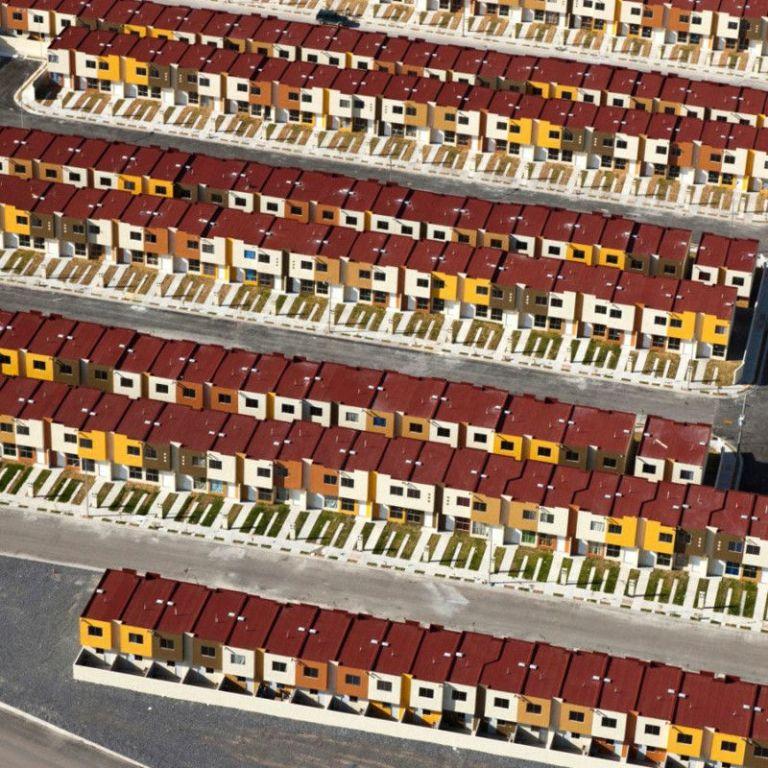 Живот в бездушна симетрия: Хиляди съдби, напъхани в цветни кутийки