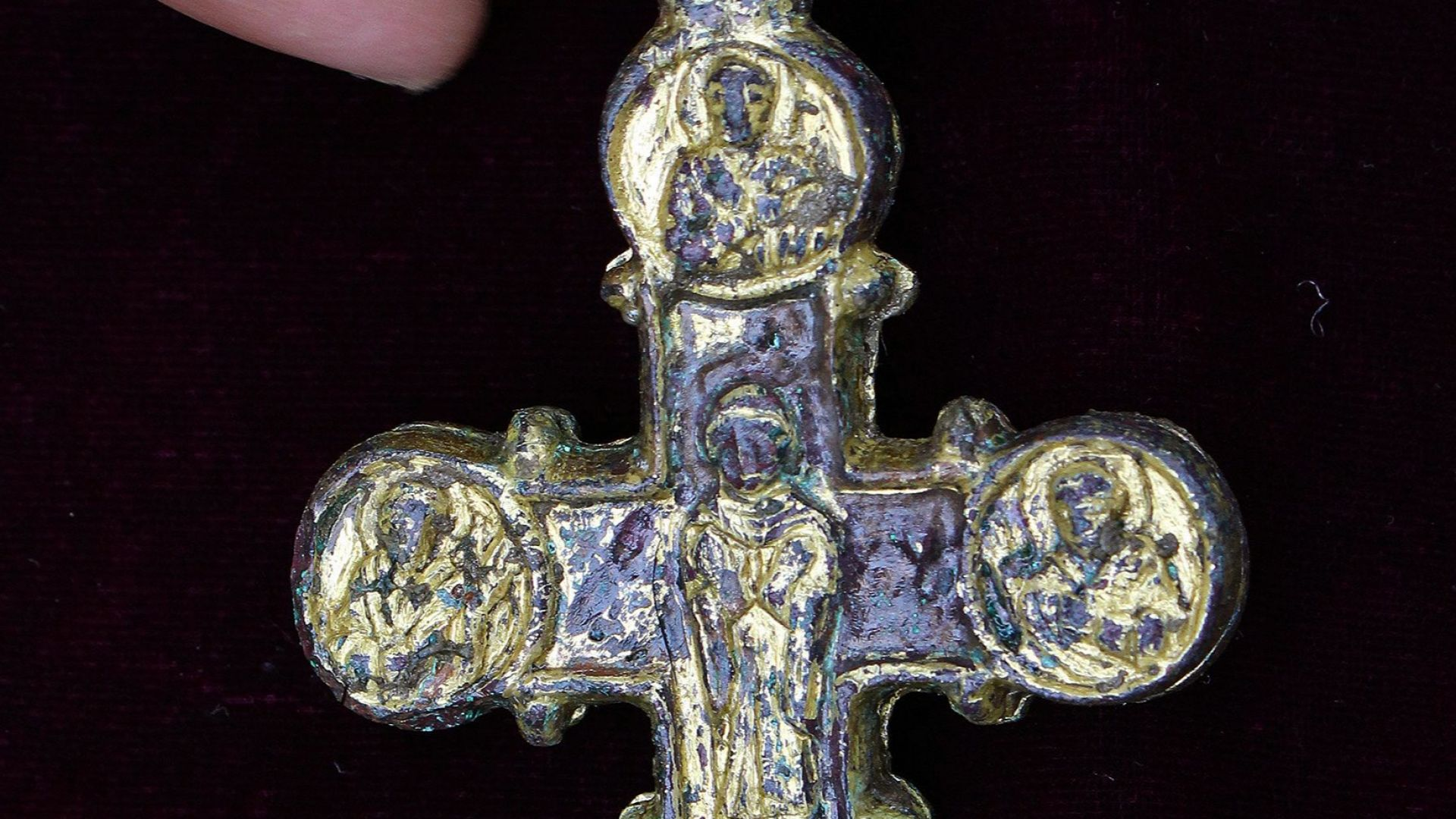 Златен кръст енколпион е открит при археологическите разкопки на Трапезица