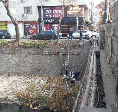 Мъжът се подхлъзнал и паднал в 5-метровата стена на канала