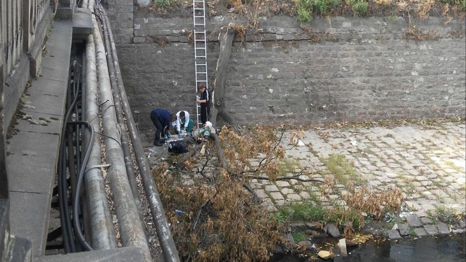 Мъж падна в канала на Владайската река и пострада тежко (снимки)