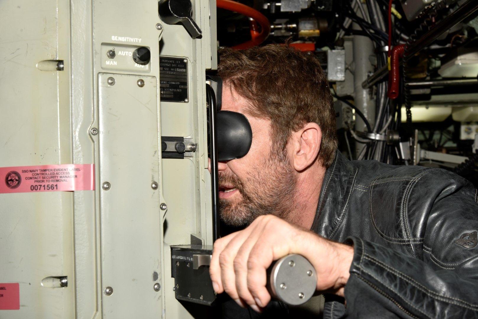 Джерард Бътлър се готви за снимките като капитан Глас