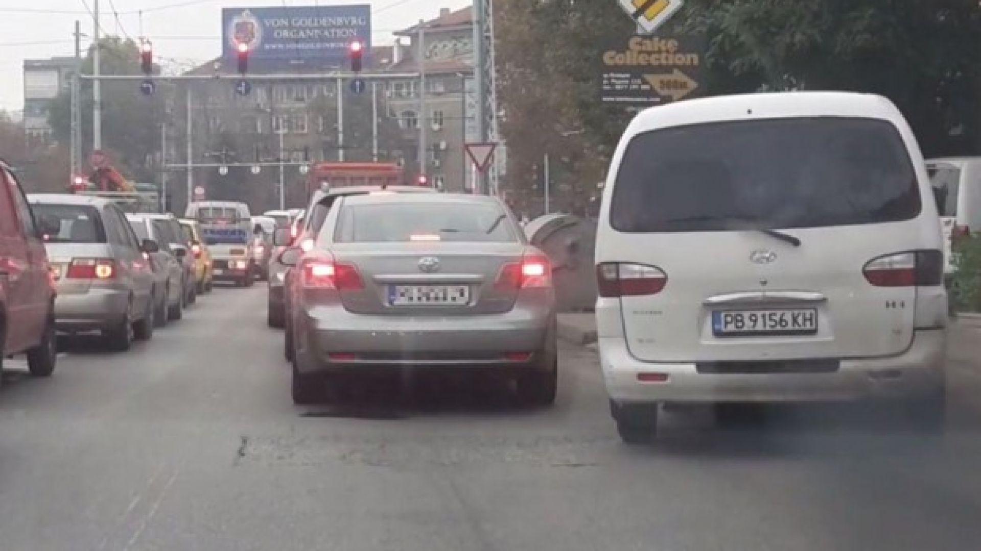 Умопомрачителна маневра: Ляв завой от десен тротоар (видео)