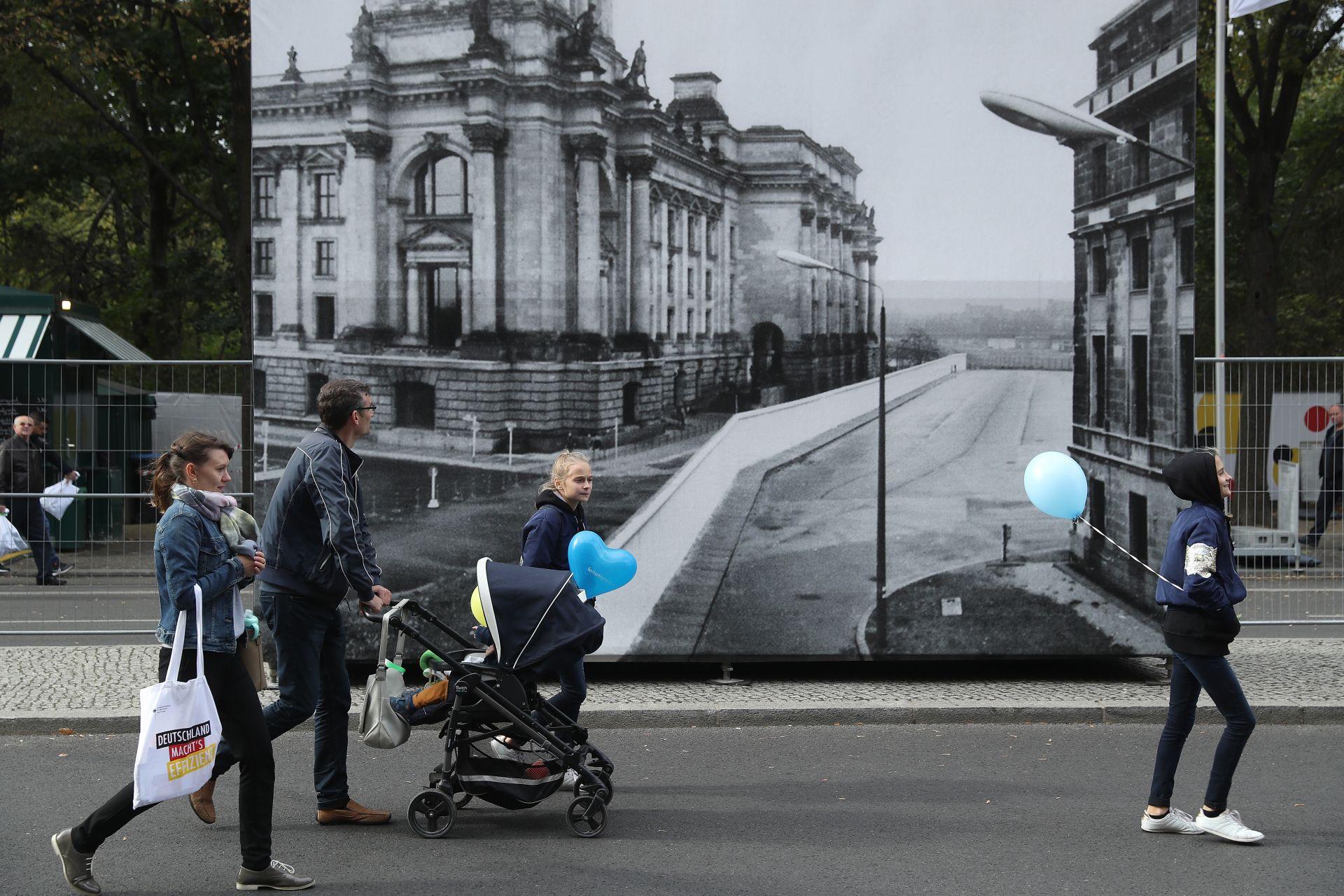 гигантска черно-бяла фотография, която показва Берлинската стена минаваща през Райхстага