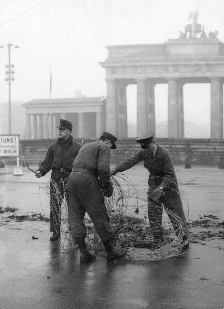 28 ноември 1961 г., Западeн Берлин, полицаи отстраняват бодлива тел от западната страна на Берлинската Бранденбургска врата пред Берлинската стена