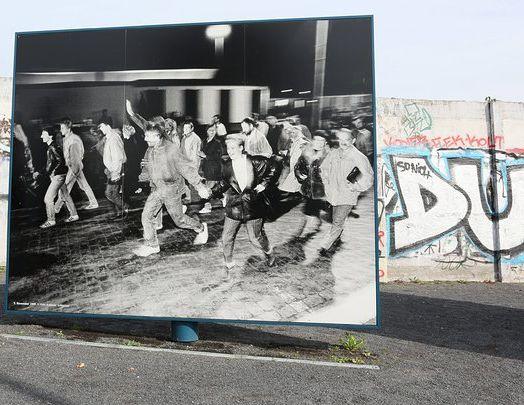 Постер припомня за падането на Берлинската стена