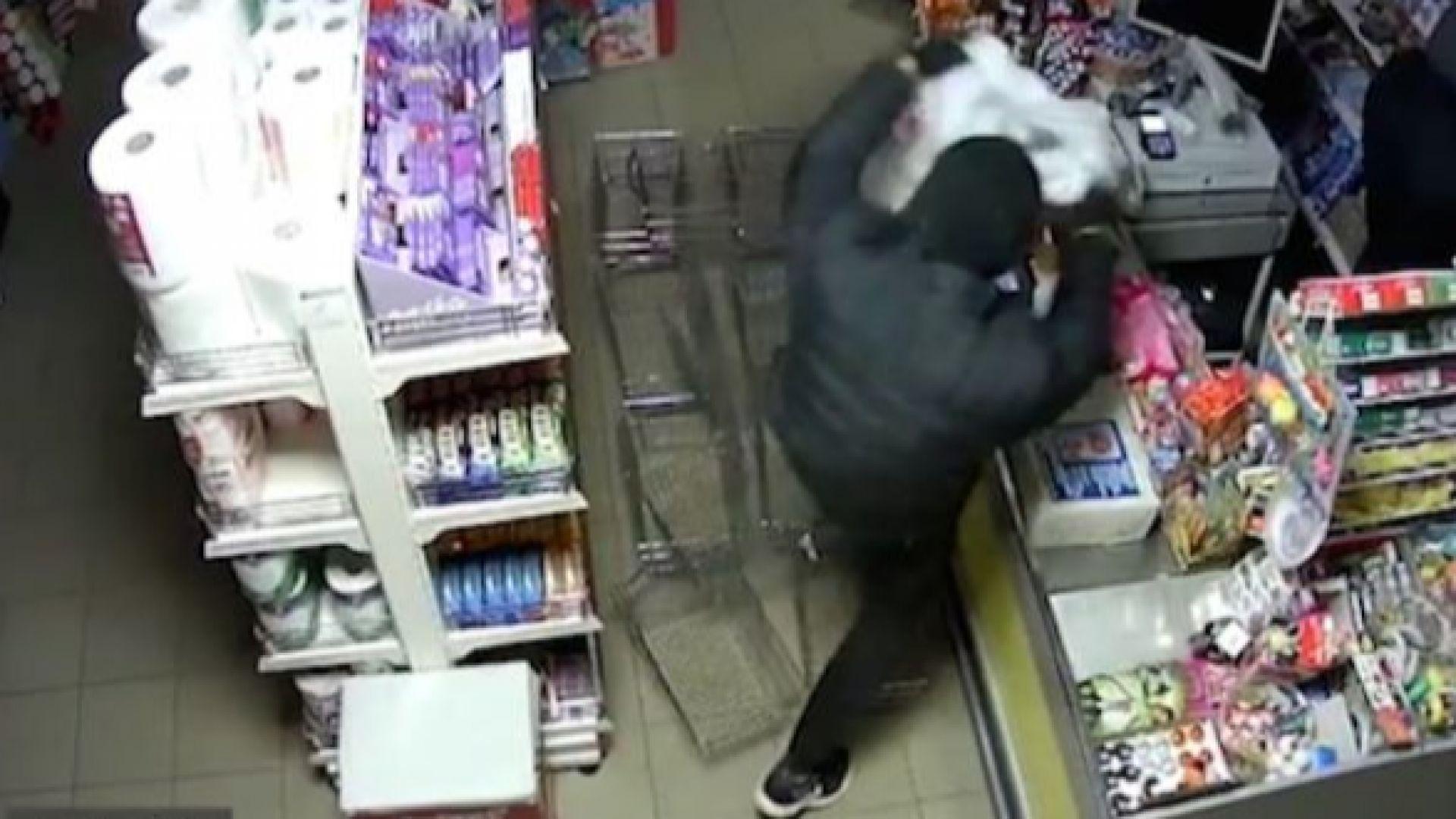 Ограбиха магазин в Плевен за 47 секунди (видео)