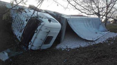 Камион блъсна 6 паркирани коли във Велико Търново