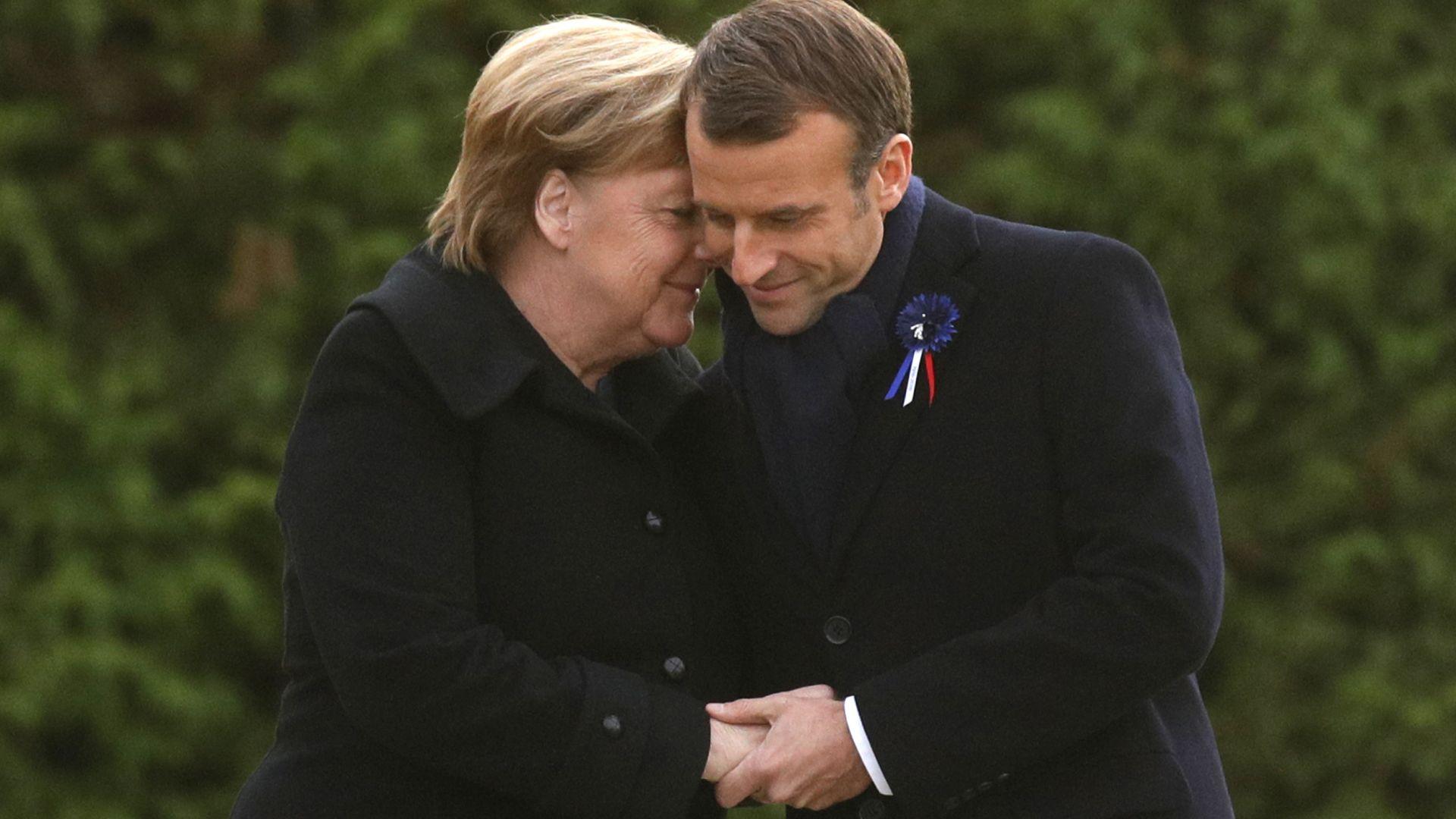Макрон и Меркел в прегръдка на Поляната на примирието