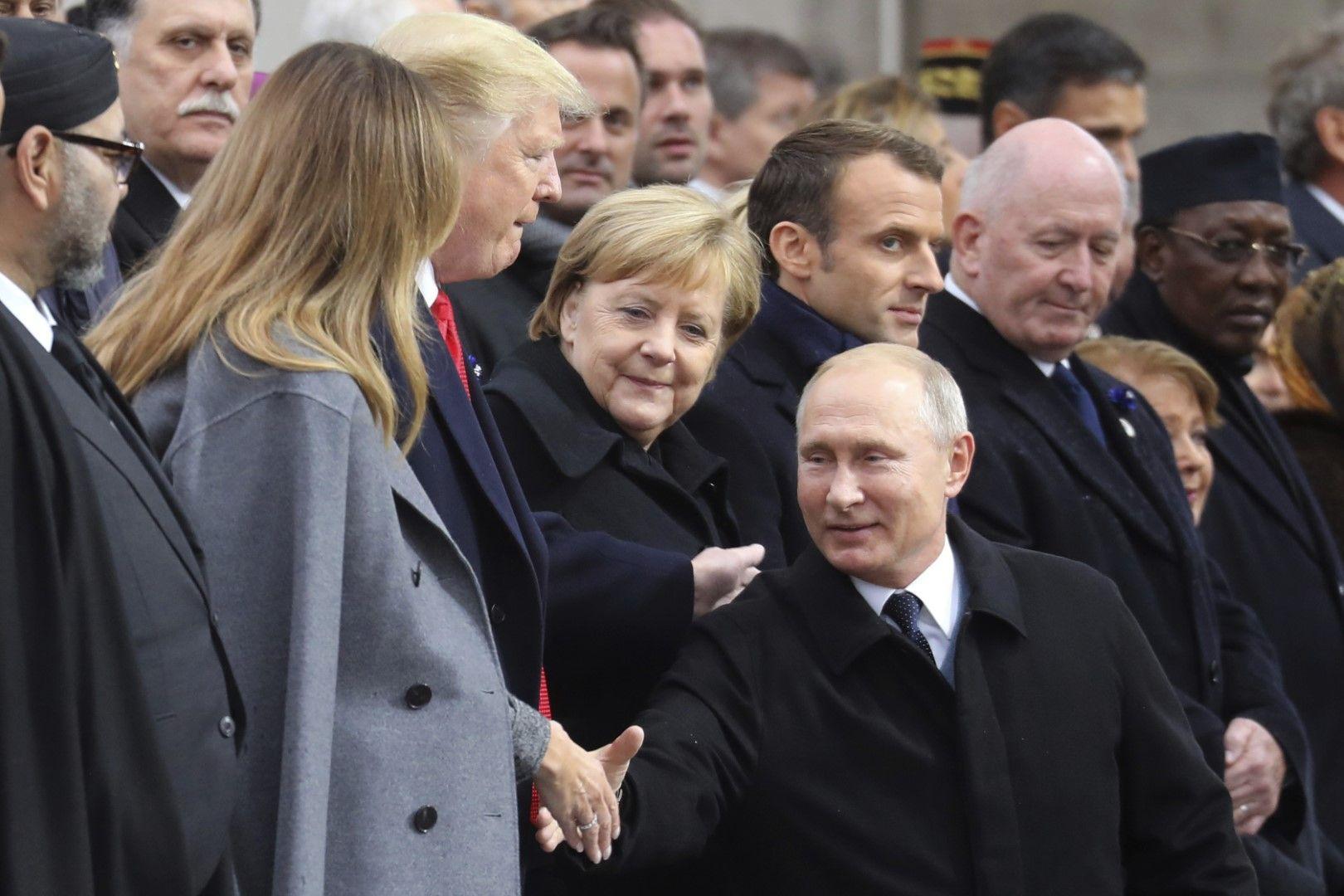 Владимир Путин се ръкува с Доналд Тръмп