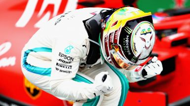 Нелеп инцидент подари победата на Хамилтън в Бразилия