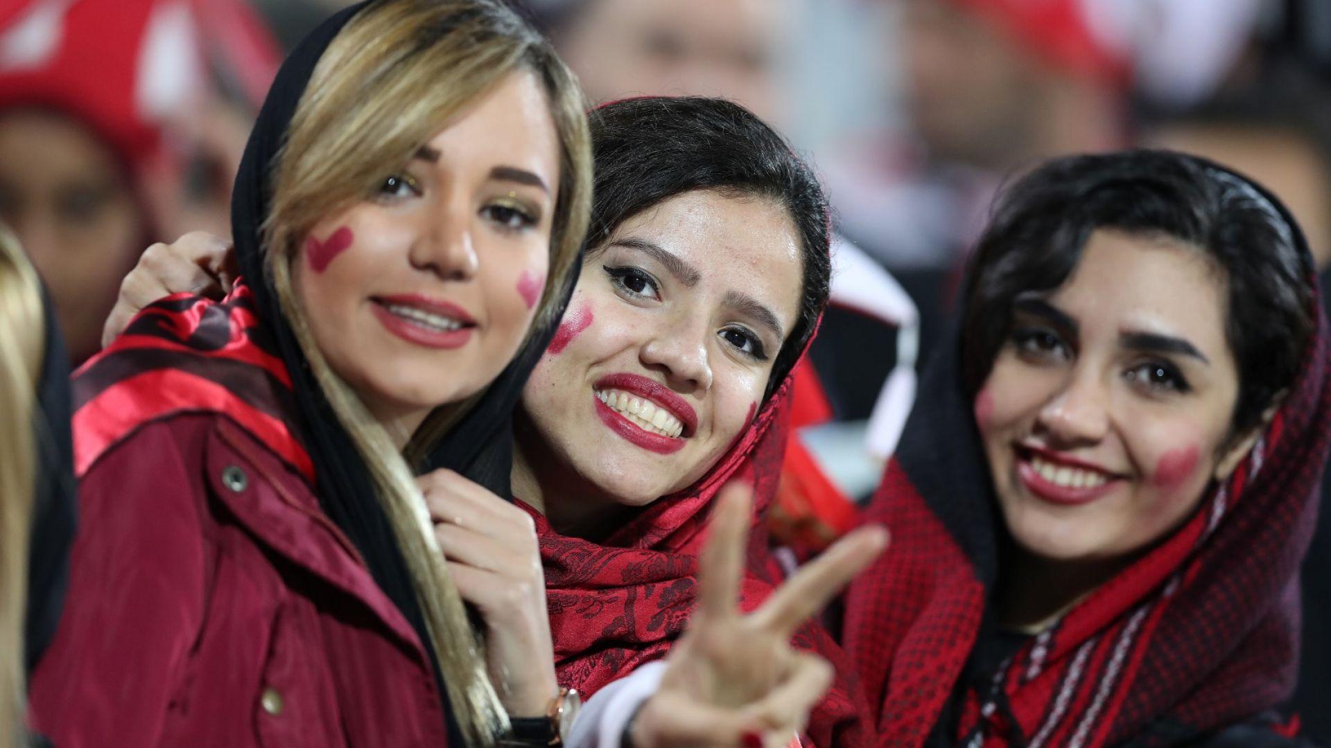 Исторически ден в Иран, жени гледаха футбол на живо
