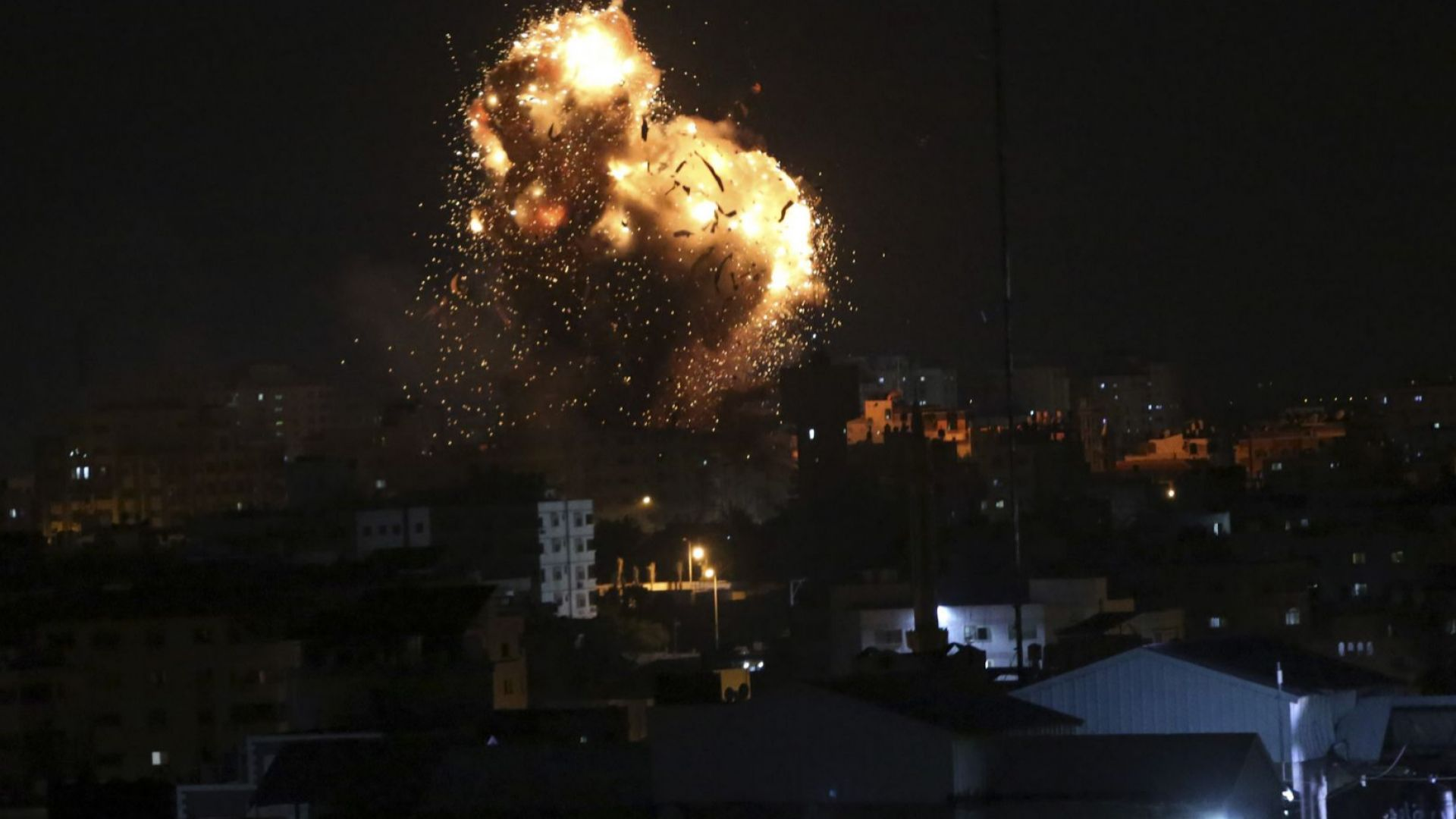 """Израел разруши сградата на телевизията на """"Хамас"""" в Газа"""