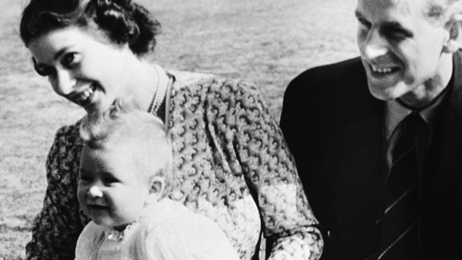 Кралица Елизабет II, принц Филип и принц Чарлз (1949)