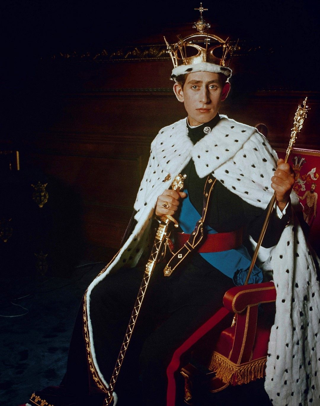 Принц Чарлз, облечен с дрехите си на принц на Уелс (1969)