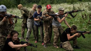 Учат деца как да убиват в летен лагер на украински националисти (снимки)