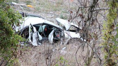 """""""Пежо"""" се разцепи на две след удар в дърво, мъж загина (снимки)"""