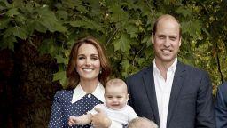 """Кейт със """"звездна"""" рокля на семейните снимки с Чарлз (снимки)"""