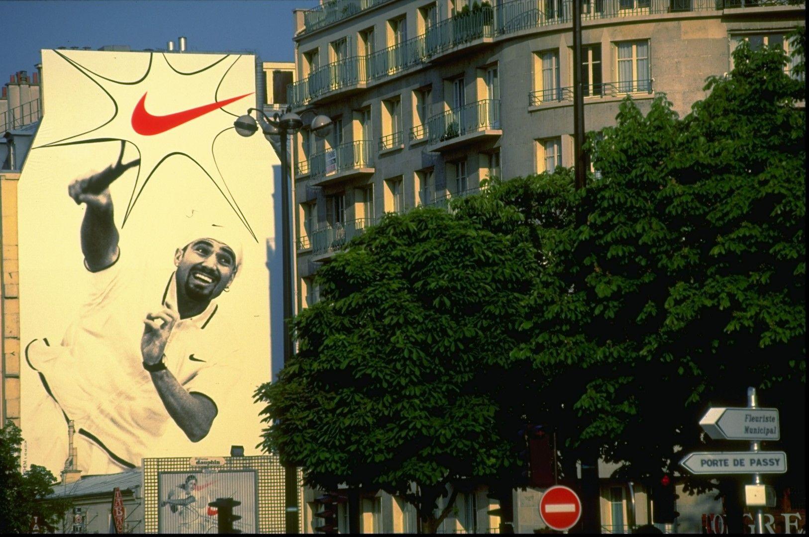 Един от първите спортни идоли, превърнали се в лица на Nike, Агаси грееше от стени, билбордове и телевизионни реклами.
