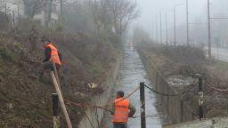 Чистят деретата във Варна