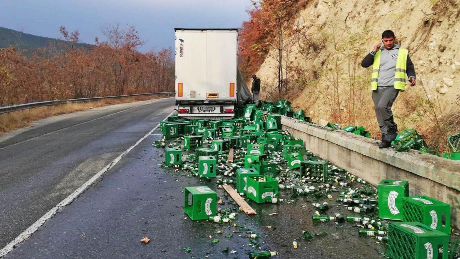 Камион, превозващ палети с каси бира, разсипа товара си на