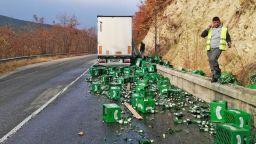 Камион разсипа каси с бира на пътя Симитли – Банско