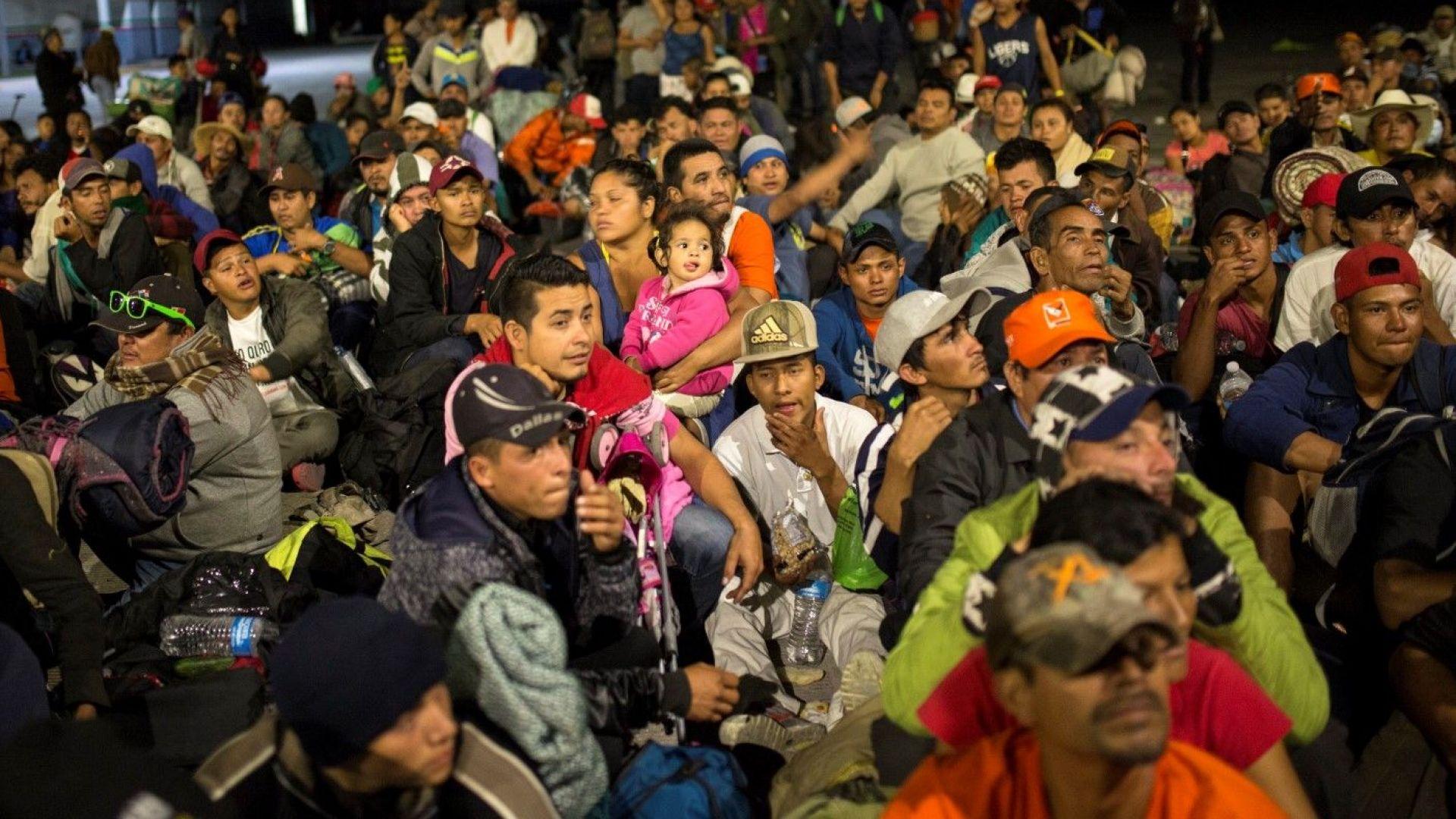 Стотици мигранти, които са част от кервана, поел от Хондурас,