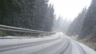 На Превала натрупа сняг, камионите слагат вериги